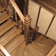 Деревянная лестница на 180 градусов