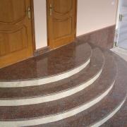 Каменные ступени лестницы