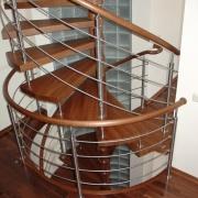 Лестница винтового типа в трехэтажном доме